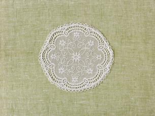 緑の麻布とドイリーの写真素材 [FYI01603148]