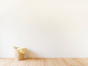 部屋に置かれた洗濯かごの写真素材 [FYI01603170]