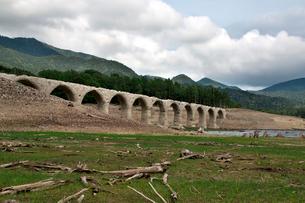 タウシュベツ川橋梁と糠平湖湖底の写真素材 [FYI01603185]