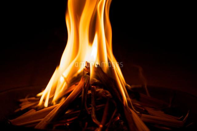 お盆の迎え火の写真素材 [FYI01603206]