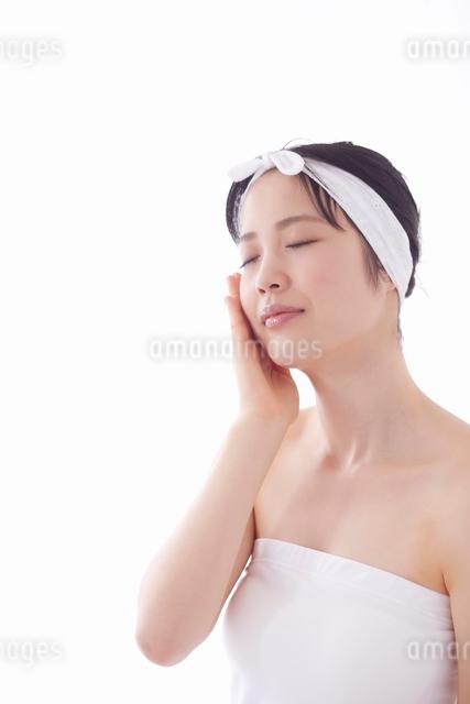 スキンケアをする女性の写真素材 [FYI01603209]