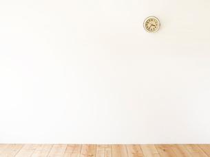 時計と木の床の写真素材 [FYI01603211]