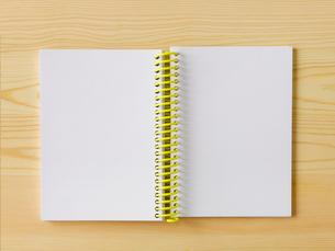 メモ帳と机の写真素材 [FYI01603217]