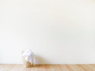 部屋に置かれた洗濯かごの写真素材 [FYI01603229]