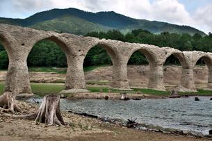 タウシュベツ川橋梁と糠平湖湖底の写真素材 [FYI01603235]
