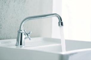 洗面所とカーテンの写真素材 [FYI01603240]