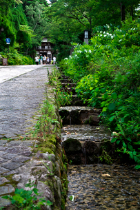 大山寺と側溝の水の流れの写真素材 [FYI01603249]