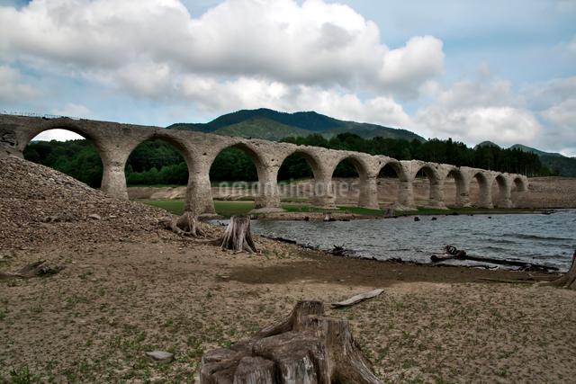 タウシュベツ川橋梁と糠平湖湖底の写真素材 [FYI01603251]
