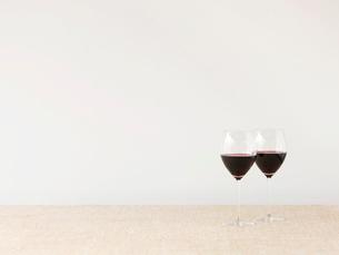 赤ワインとワイングラスの写真素材 [FYI01603258]