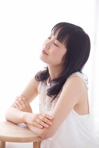 白い服を着た女性の写真素材 [FYI01603268]