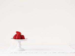 いちごとケーキスタンドとレースのふちどりの布の写真素材 [FYI01603281]