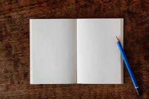 無地のノートとえんぴつと机の写真素材 [FYI01603306]