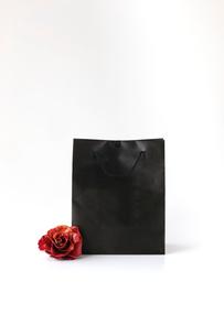 紙袋とバラのコサージュの写真素材 [FYI01603307]