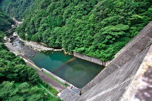 湯原ダムと旭川の写真素材 [FYI01603346]