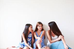 はなしをする3人の女の子の写真素材 [FYI01603354]