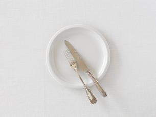 白い皿とナイフとフォークの写真素材 [FYI01603372]