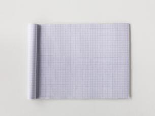 メモ帳と白い机の写真素材 [FYI01603374]