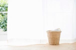 窓辺に置かれた洗濯かごの写真素材 [FYI01603379]