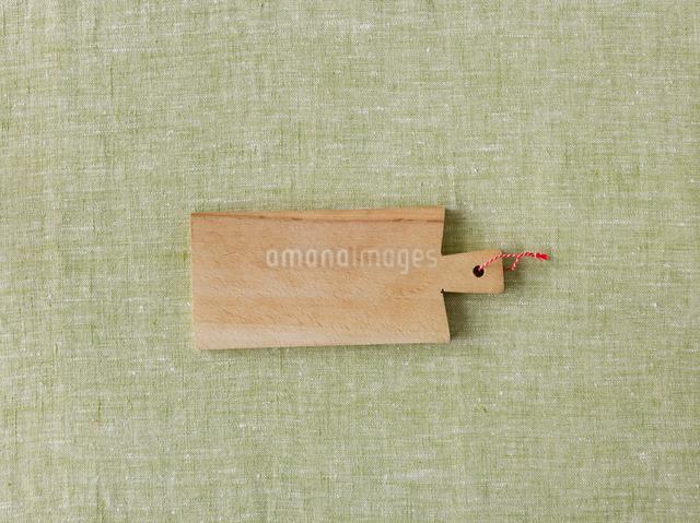 緑の麻布とカッティングボードの写真素材 [FYI01603382]