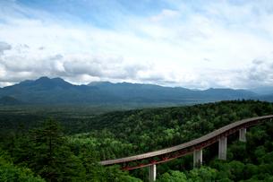 大雪山国立公園三国峠緑深橋から望む松見大橋の写真素材 [FYI01603383]