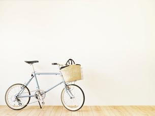 自転車とかごバッグと木の床と白い壁の写真素材 [FYI01603390]