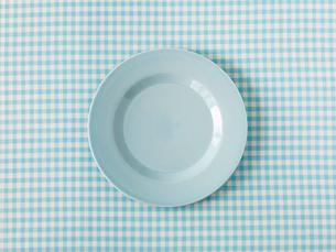 水色のチェックの布と水色の皿の写真素材 [FYI01603423]