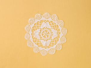 ドイリーレースと黄色の綿の布の写真素材 [FYI01603480]