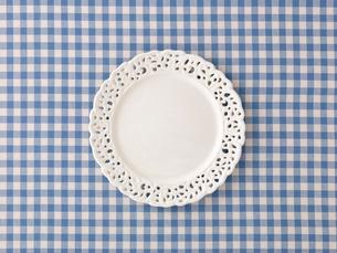 青と白のチェックの布と白い皿の写真素材 [FYI01603484]