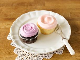 カップケーキと皿とフォークの写真素材 [FYI01603493]
