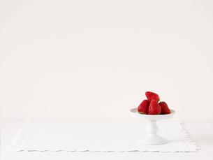 いちごとケーキスタンドとレースのふちどりの布の写真素材 [FYI01603495]