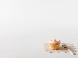カップケーキとフォークとドイリーの写真素材 [FYI01603502]