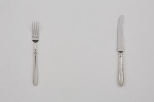 白い布とフォークとナイフの写真素材 [FYI01603516]