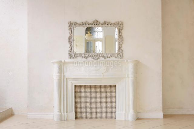 暖炉と鏡の写真素材 [FYI01603517]
