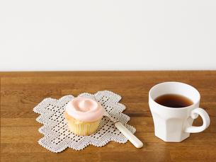 カップケーキとマグカップとフォークの写真素材 [FYI01603518]