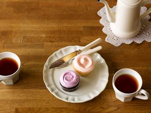 カップケーキとティーセットの写真素材 [FYI01603564]