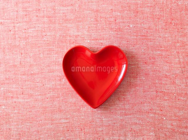 赤と白の布と赤いハート型の皿の写真素材 [FYI01603586]