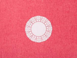 ピンクの布とレースペーパーの写真素材 [FYI01603616]