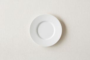 白の麻の布と白い皿の写真素材 [FYI01603628]