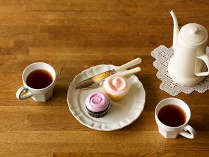 カップケーキとティーセットの写真素材 [FYI01603653]