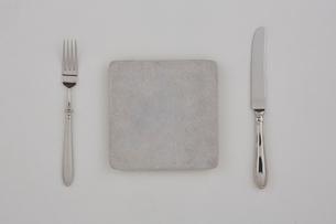 グレーの皿とフォークとナイフの写真素材 [FYI01603724]