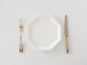 白い皿とナイフとフォークの写真素材 [FYI01603733]