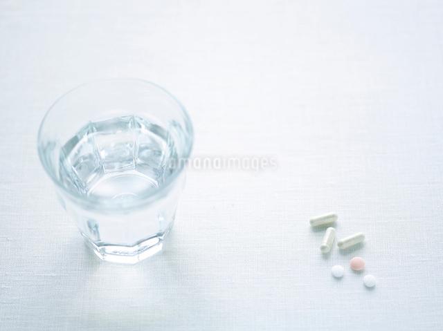 水と薬の写真素材 [FYI01603759]