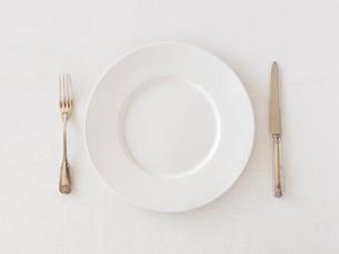 白い皿とナイフとフォークの写真素材 [FYI01603762]