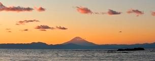 油壺荒井浜から望む夕景の富士山の写真素材 [FYI01603771]