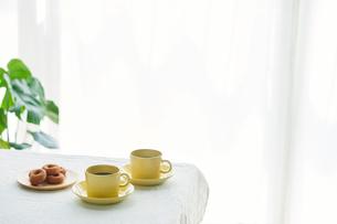 コーヒーカップとテーブルとカーテンの写真素材 [FYI01603801]