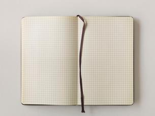 メモ帳と白い机の写真素材 [FYI01603826]