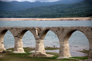 タウシュベツ川橋梁と糠平湖の写真素材 [FYI01603836]