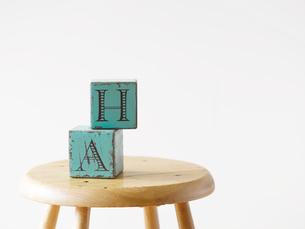 スツールと白い壁と木の床とおもちゃの写真素材 [FYI01603837]