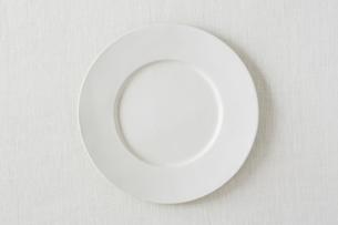 白い布と白い皿の写真素材 [FYI01603843]