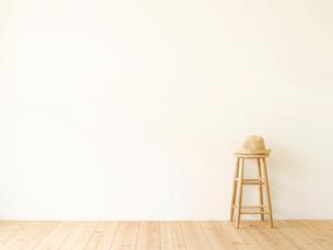 スツールと麦わらぼうしと白い壁と木の床の写真素材 [FYI01603849]